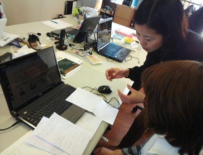 早川部長が林さんにスマホデザインについて指導