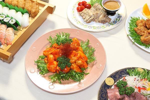 エビチリと寿司とオードブル料理