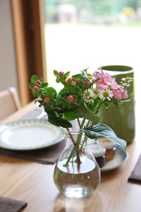 竣工写真_テーブルの花